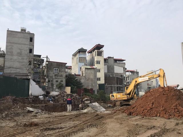 Quá trình giải phóng mặt bằng vẫn đang được thực hiện cả 2 bên đường Phạm Văn Đồng và nếu cơ quan chức năng quản lý không chặt thì dễ có nhiều công trình kỳ dị khác mọc lên.