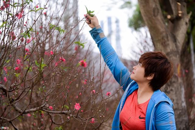 Người bán hàng tranh thủ tuốt lá để hoa ra đúng dịp.