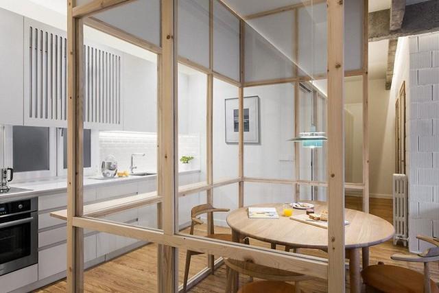 Tường bao của không gian phụ này khá đơn giản, với phần chất liệu gỗ cấu tạo như thanh bao lấy những mặt kính trong suốt. Diện tích của mỗi ô vuông được căn điều bằng nhau, vô hình chung tạo nên một lồng kính đặc biệt.