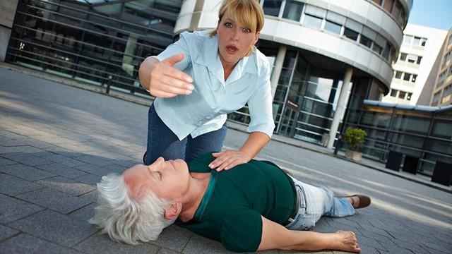 Các bác sĩ khuyến cáo: Người nhà có thể gọi cấp cứu ngay, không nên mất thời gian sơ cứu tại gia đình, vì tình trạng