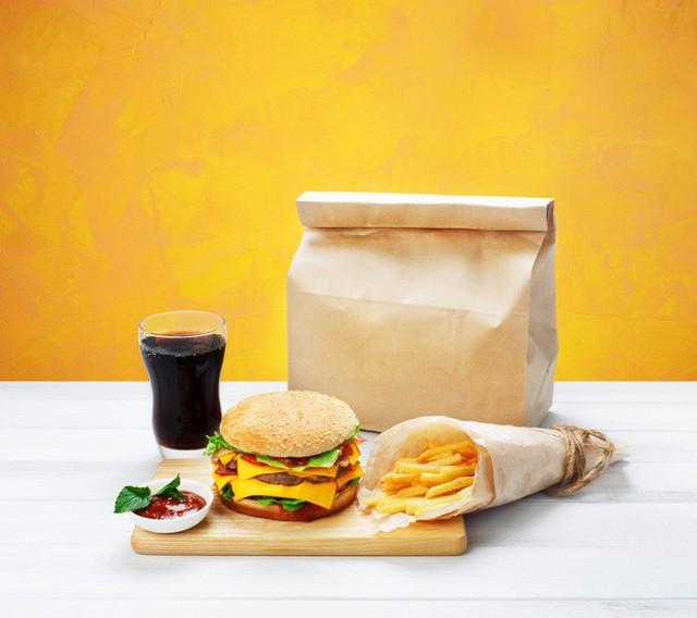 Cảnh báo: Giấy gói đồ ăn nhanh có thể làm cơ thể bạn nhiễm độc tố  - Ảnh 1.