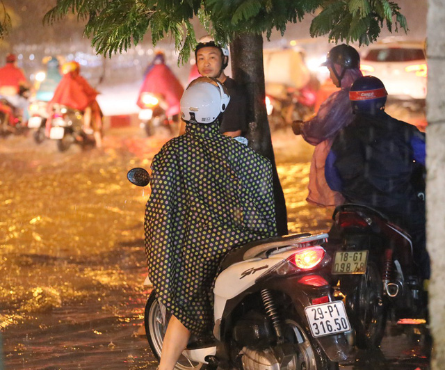 Mưa to đúng giờ tan tầm, nhiều người ướt sũng trên đường về nhà - Ảnh 6.