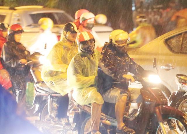 Mưa to đúng giờ tan tầm, nhiều người ướt sũng trên đường về nhà - Ảnh 1.