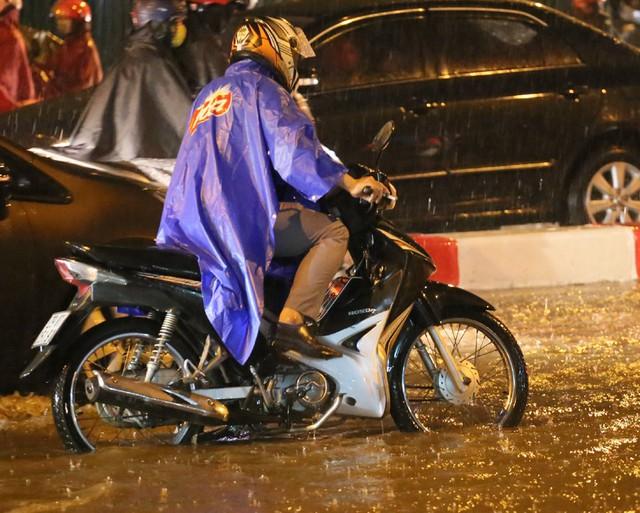 Mưa to đúng giờ tan tầm, nhiều người ướt sũng trên đường về nhà - Ảnh 7.