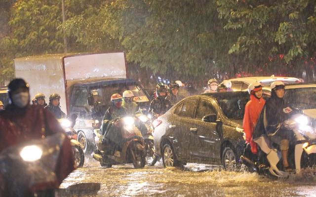 Mưa to đúng giờ tan tầm, nhiều người ướt sũng trên đường về nhà - Ảnh 2.