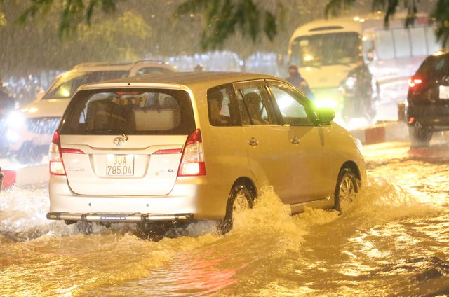 Mưa to đúng giờ tan tầm, nhiều người ướt sũng trên đường về nhà - Ảnh 8.