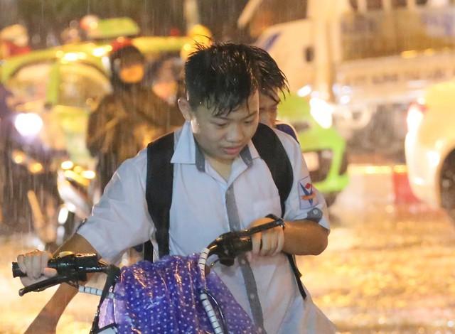 Mưa to đúng giờ tan tầm, nhiều người ướt sũng trên đường về nhà - Ảnh 4.