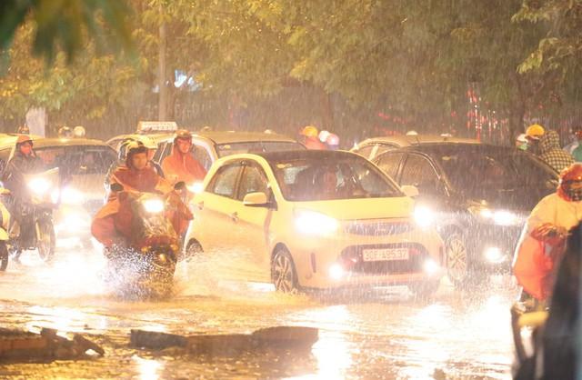 Mưa to đúng giờ tan tầm, nhiều người ướt sũng trên đường về nhà - Ảnh 3.