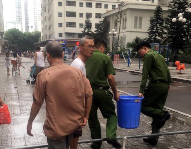 BCH Quân sự quận Hoàng Mai hỗ trợ thau rửa bể nước cho cư dân HH Linh Đàm - Ảnh 3.