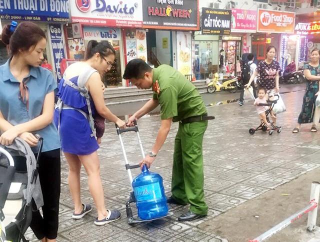 BCH Quân sự quận Hoàng Mai hỗ trợ thau rửa bể nước cho cư dân HH Linh Đàm - Ảnh 2.