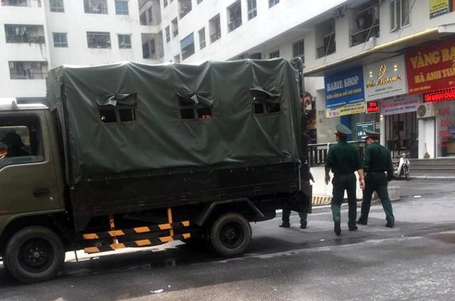 BCH Quân sự quận Hoàng Mai hỗ trợ thau rửa bể nước cho cư dân HH Linh Đàm - Ảnh 1.