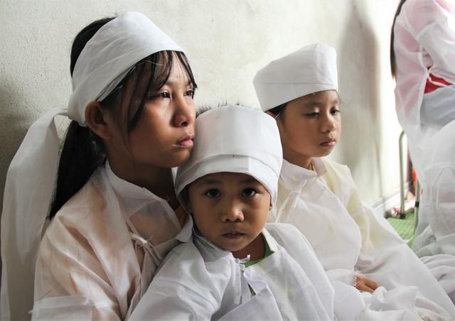 Vụ 2 vợ chồng và con trai chết thảm dưới bánh ô tô: Thương xót 3 đứa trẻ bỗng chốc mồ côi - Ảnh 1.