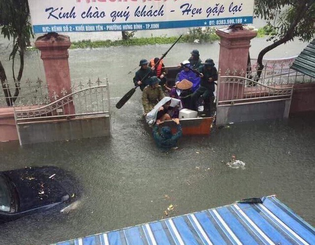 Nước ngập cao ngang cửa sổ, nhà trai dùng phao bơi kéo lễ ăn hỏi tới nhà gái - Ảnh 4.