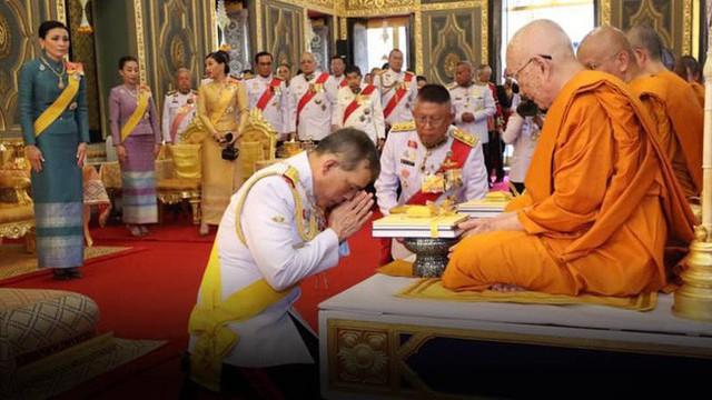 Hình ảnh cuối cùng của Hoàng quý phi Thái Lan và sự biến mất bất thường của bà báo hiệu điều chẳng lành trước khi bị phế truất  - Ảnh 3.