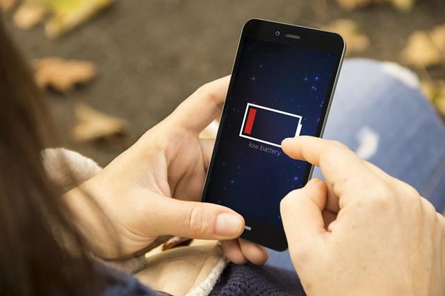 9 mẹo sạc smartphone nhanh nhất có thể khi khẩn cấp - Ảnh 3.