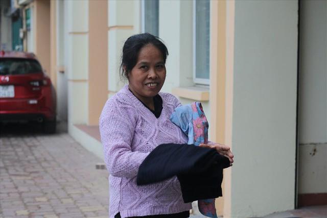 Trời trở lạnh, Hà Nội xuất hiện tủ quần áo thừa cho đi, thiếu nhận lại - Ảnh 2.