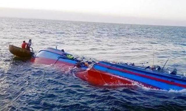 Cứu sống thành công 12 người trong vụ chìm tàu ở Hà Tĩnh - Ảnh 1.