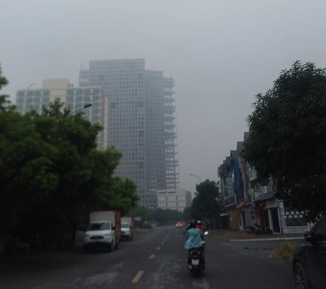 Sương mù bao phủ trong làn không khí ô nhiễm ở Hà Nội - Ảnh 8.