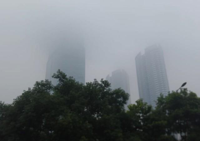 Sương mù bao phủ trong làn không khí ô nhiễm ở Hà Nội - Ảnh 2.