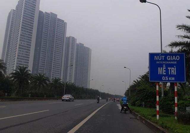 Sương mù bao phủ trong làn không khí ô nhiễm ở Hà Nội - Ảnh 4.