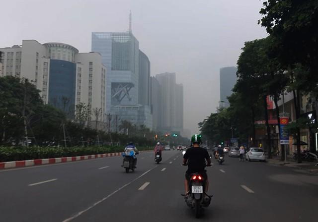 Sương mù bao phủ trong làn không khí ô nhiễm ở Hà Nội - Ảnh 5.