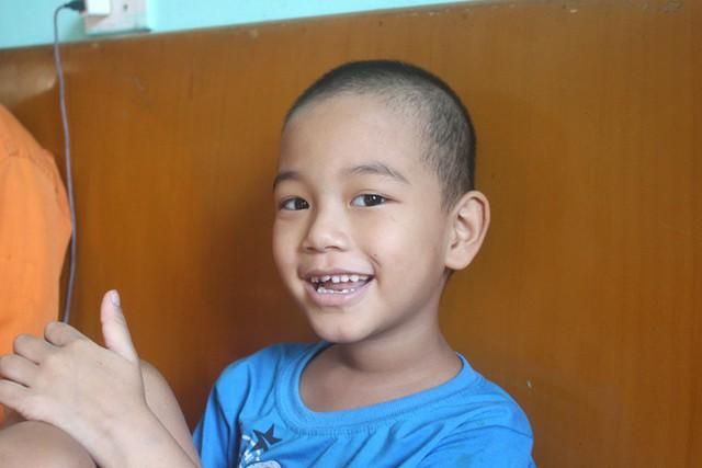 Bé trai 6 tuổi bị ung thư máu đón nhận nhiều món quà ý nghĩa từ thầy cô, bạn bè và các nhà hảo tâm - Ảnh 3.