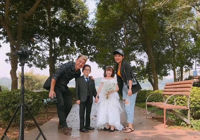Cặp đôi tí hon từng bị nhầm là con nít ranh khoe bộ ảnh cưới tình tứ, tiết lộ đã về sống chung và sắp tổ chức lễ thành hôn - Ảnh 11.