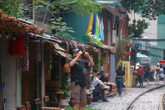 Du khách chật kín những quán cà phê đường tàu trước ngày bị xoá sổ - Ảnh 11.
