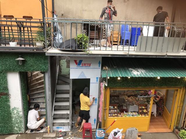 Du khách chật kín những quán cà phê đường tàu trước ngày bị xoá sổ - Ảnh 14.