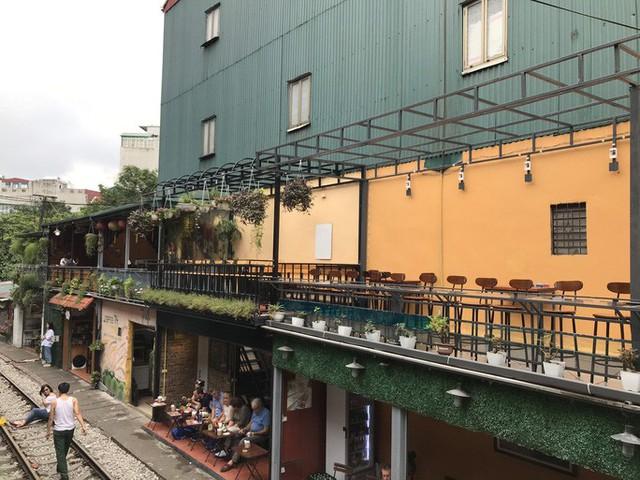 Du khách chật kín những quán cà phê đường tàu trước ngày bị xoá sổ - Ảnh 15.