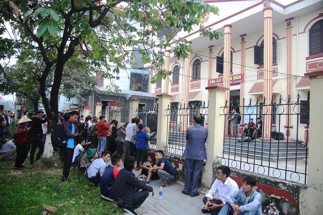 Nhiều người nổi tiếng xuất hiện trong phiên tòa xử Khá bảnh, học sinh cũng tới xem - Ảnh 2.