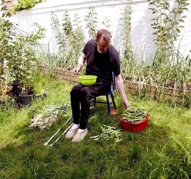 Tận dụng mảnh đất nhỏ sau nhà, người đàn ông đảm đang dù chân đi phải chống nạng vẫn trồng đủ loại rau quả sạch cho cả nhà thưởng thức - Ảnh 20.
