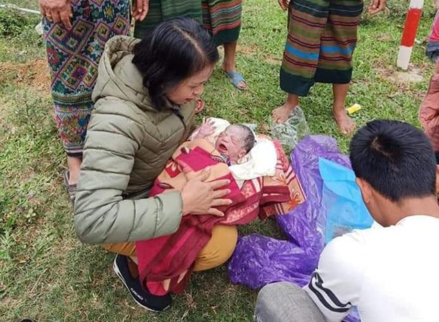 Cô giáo hỗ trợ trò cũ sinh con bên đường - Ảnh 2.
