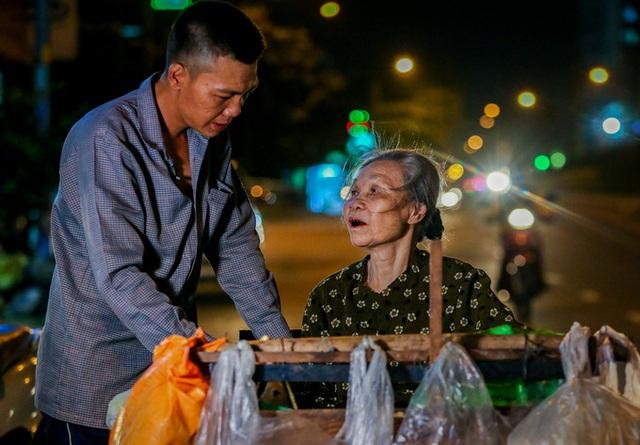 Con trai chở mẹ trong thùng đi nhặt phế liệu đêm - Ảnh 2.