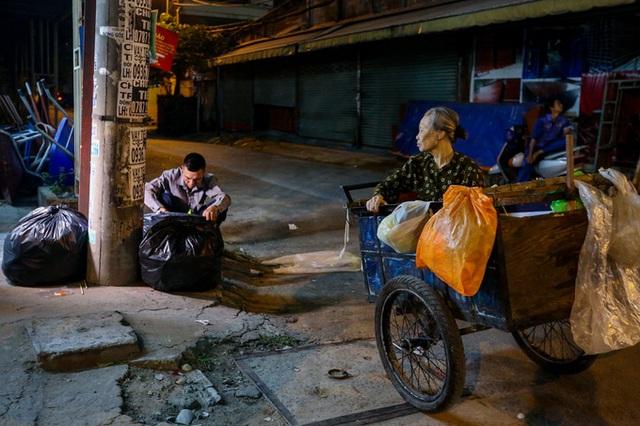 Con trai chở mẹ trong thùng đi nhặt phế liệu đêm - Ảnh 3.