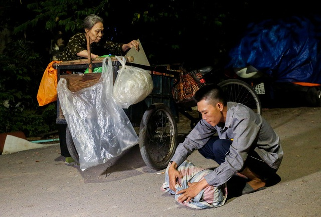 Con trai chở mẹ trong thùng đi nhặt phế liệu đêm - Ảnh 4.