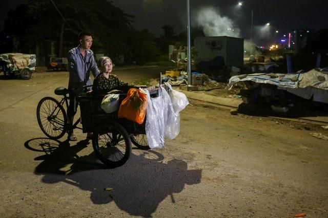 Con trai chở mẹ trong thùng đi nhặt phế liệu đêm - Ảnh 11.