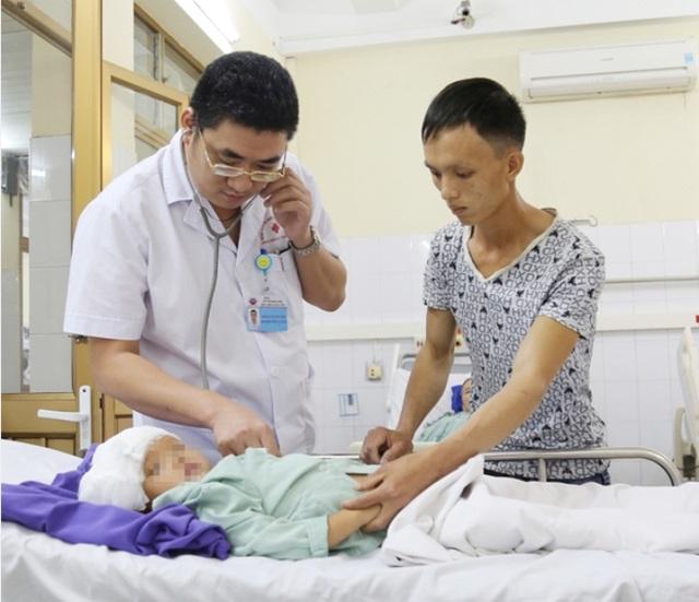 Quảng Ninh: Cháu bé 3 tuổi bị mảnh kim loại đâm xuyên hộp sọ - Ảnh 1.