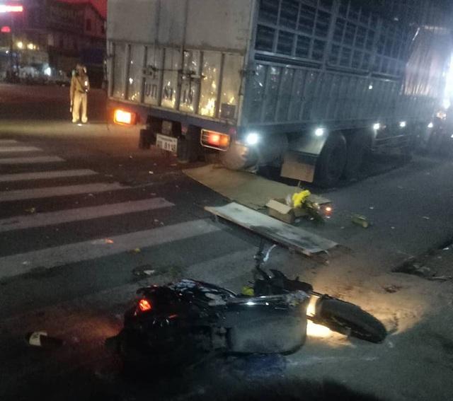 Xe tải biển Lào đâm loạt xe máy ở ngã tư khiến 1 người tử vong, 2 người bị thương nặng - Ảnh 2.