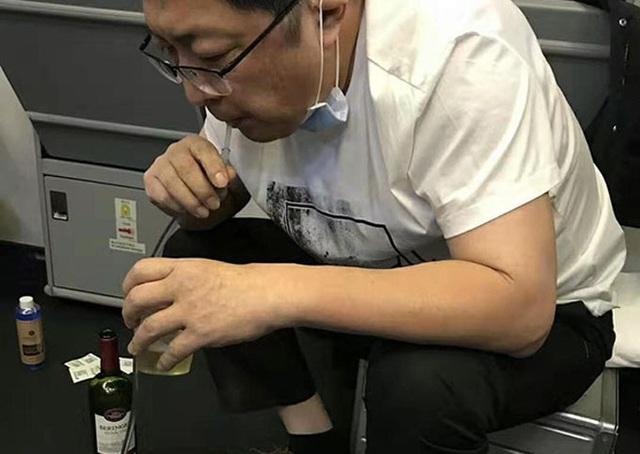 Bác sĩ dùng miệng hút nước tiểu cứu người được khen - Ảnh 1.