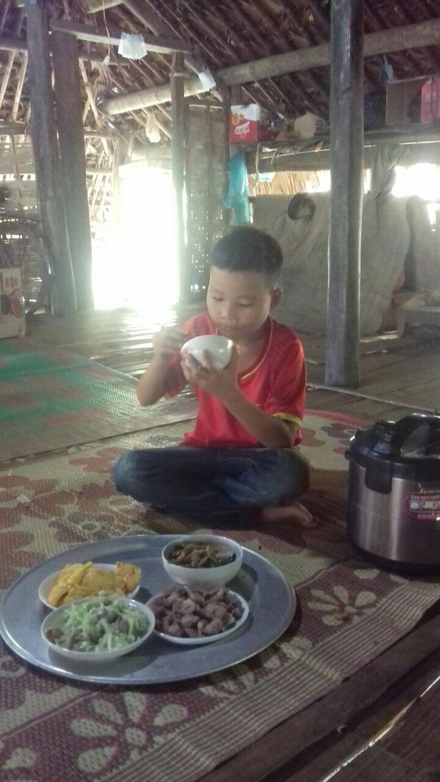 """Cận cảnh cuộc sống mới của cậu bé """"cô độc trong rừng"""" ở Tuyên Quang - Ảnh 2."""