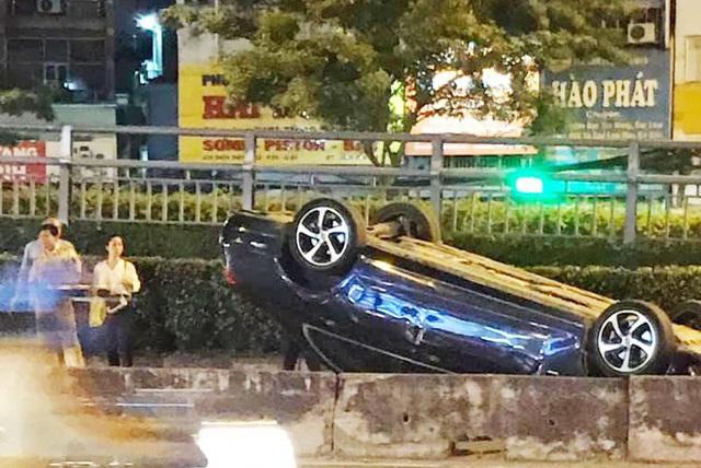 Mercedes lật ngửa sau tai nạn, tài xế thoát chết - Ảnh 2.