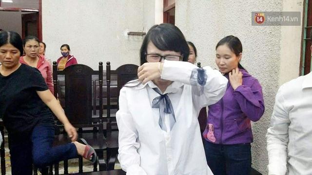 Chị gái nữ sinh giao gà gục khóc nức nở tại tòa sau khi mẹ bị tuyên án 20 năm tù - Ảnh 2.