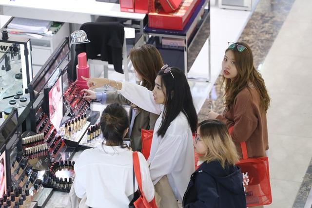 Xếp hàng dài từ sáng sớm để săn hàng giảm giá ngày Black Friday - Ảnh 9.