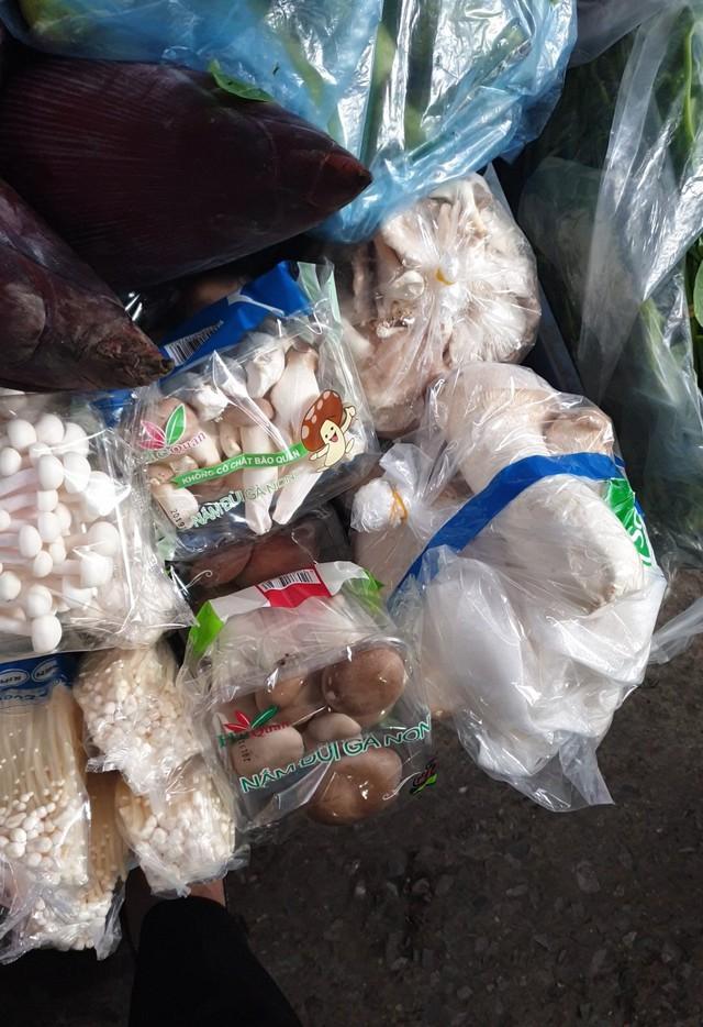 Nấm tươi bày bán la liệt ở chợ dân sinh dễ có độc tố - Ảnh 7.