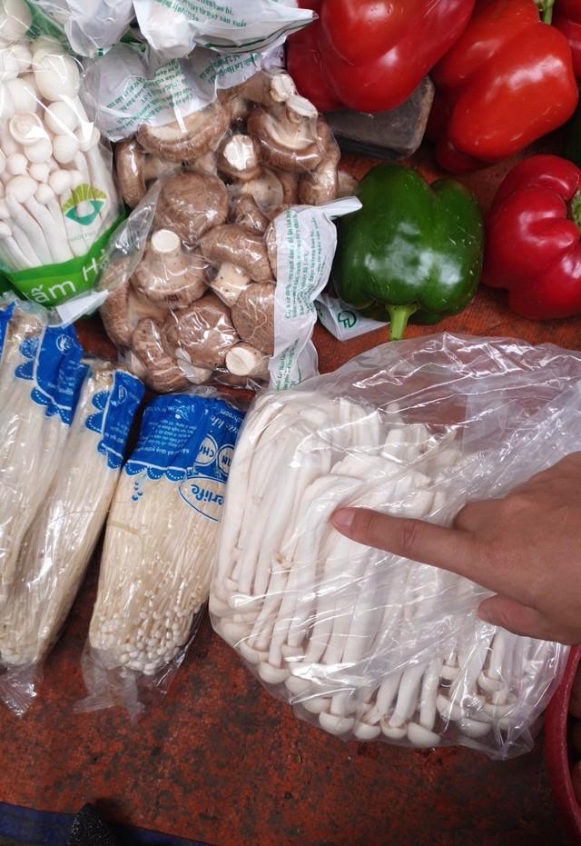 Nấm tươi bày bán la liệt ở chợ dân sinh dễ có độc tố - Ảnh 4.