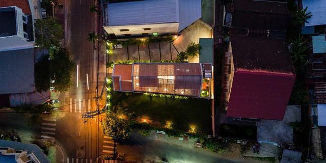 Lạ lẫm nhưng vô cùng bắt mắt với ngôi nhà ngói 3 gian xếp dọc theo mảnh đất hình ống rộng gần 300m² ở Trà Vinh - Ảnh 1.