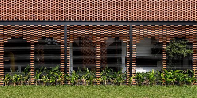 Lạ lẫm nhưng vô cùng bắt mắt với ngôi nhà ngói 3 gian xếp dọc theo mảnh đất hình ống rộng gần 300m² ở Trà Vinh - Ảnh 14.