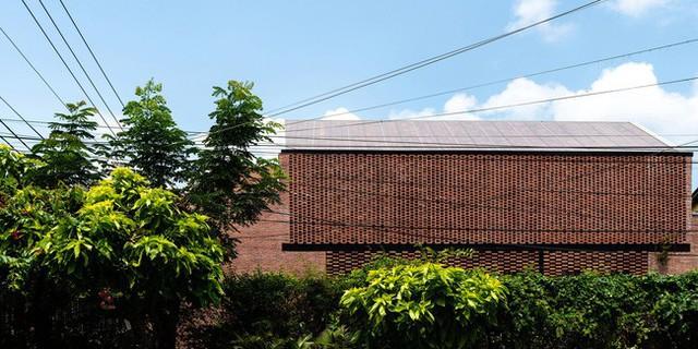 Lạ lẫm nhưng vô cùng bắt mắt với ngôi nhà ngói 3 gian xếp dọc theo mảnh đất hình ống rộng gần 300m² ở Trà Vinh - Ảnh 4.