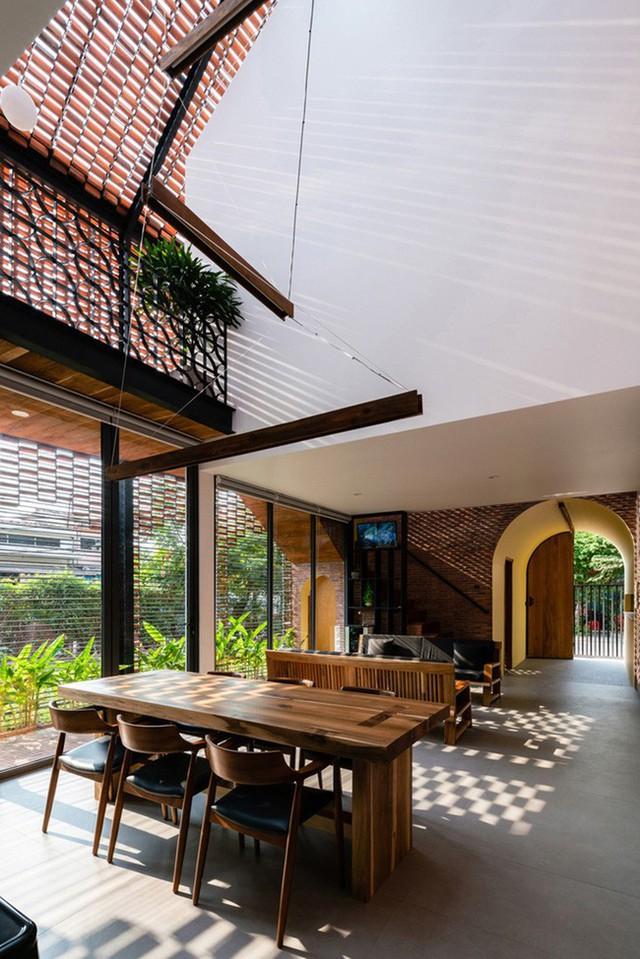 Lạ lẫm nhưng vô cùng bắt mắt với ngôi nhà ngói 3 gian xếp dọc theo mảnh đất hình ống rộng gần 300m² ở Trà Vinh - Ảnh 9.